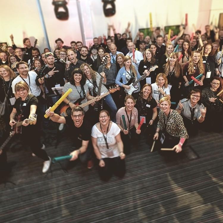 Gruppenfoto mit den Mitarbeiterinnen und Mitarbeitern von Raven51
