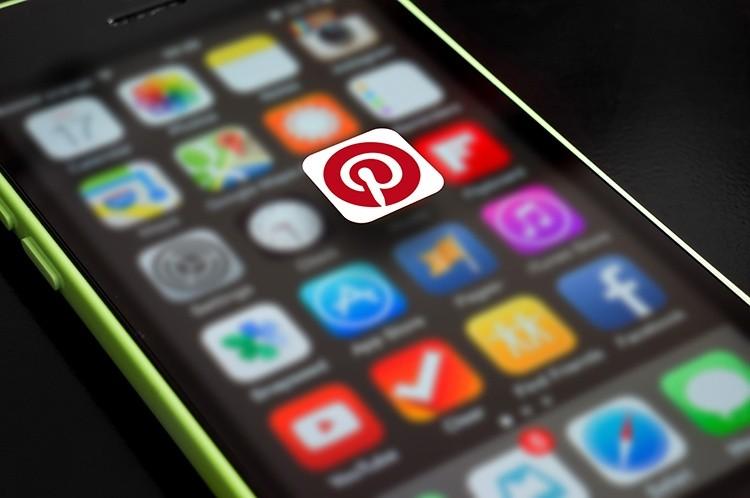 """iPhone mit App """"Pinterest"""" hervorgehoben"""