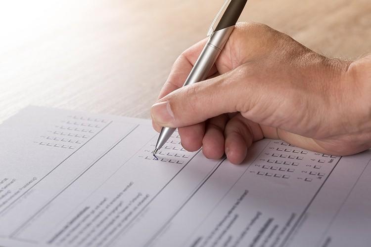 Person füllt Umfrage aus