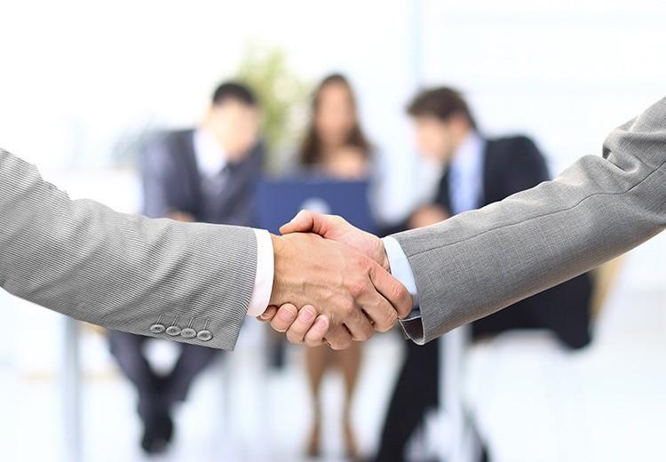 Zwei Männer schütteln sich die Hände