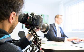 Kameramann filmt Businessmann beim Arbeiten