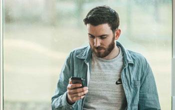 Mann guckt auf sein Smartphone