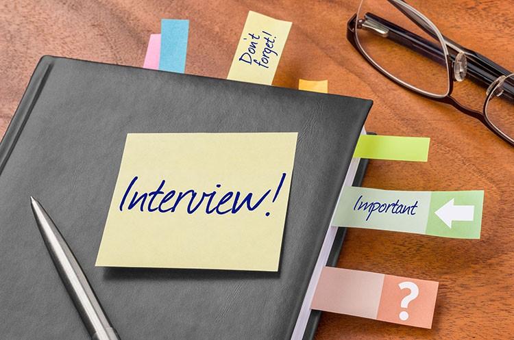 Vier Fragen zur neuen Stellenanzeige von Jobvector mit Frau Dr.Eva Birkmann und Frau Schleß