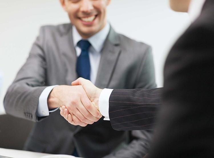 Zwei Personen geben sich die Hand