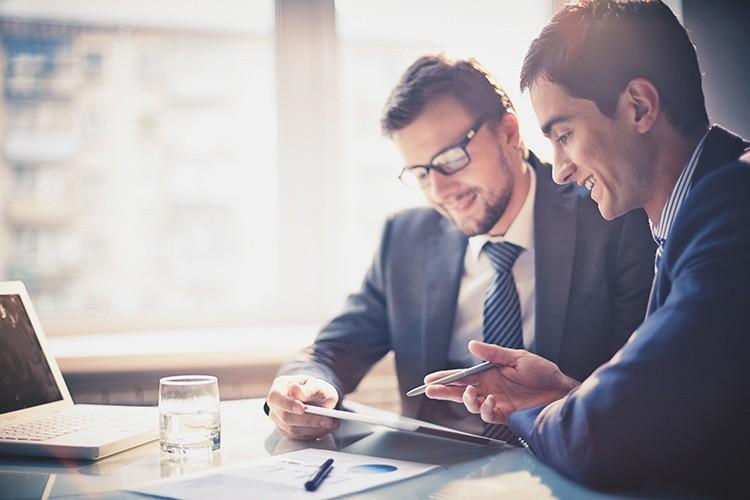 Männer in Anzügen in einem Meeting
