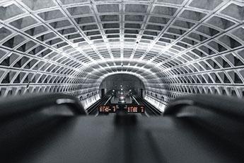 Rolltreppe an einem Gleis