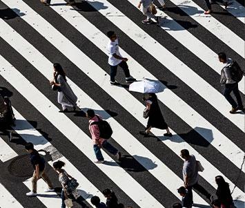 Personeon gehen über Zebrastreifen