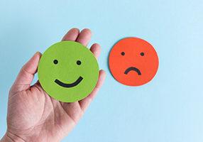 Zufriedener und unzufriedener Smiley