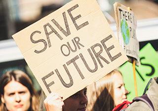"""Personen demonstrieren für """"Save our Future"""""""