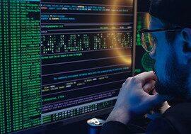 Junge mit Brille am PC im Dunkeln